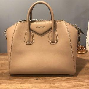 Givenchy Antigona medium in pebble leather